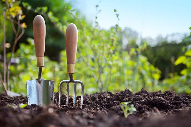 pala de mano de jardinería y desvío de pie de suelo al jardín - jardinería fotografías e imágenes de stock