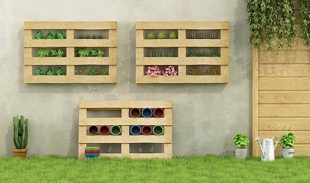 gärtnern - paletten terrasse stock-fotos und bilder