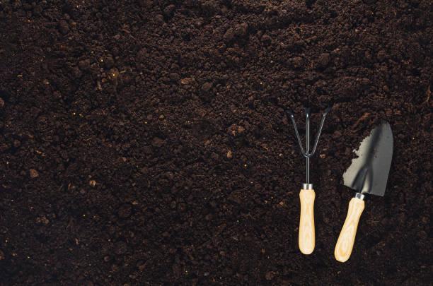 Gartengeräte in Gartenerde Textur Hintergrund Draufsicht – Foto