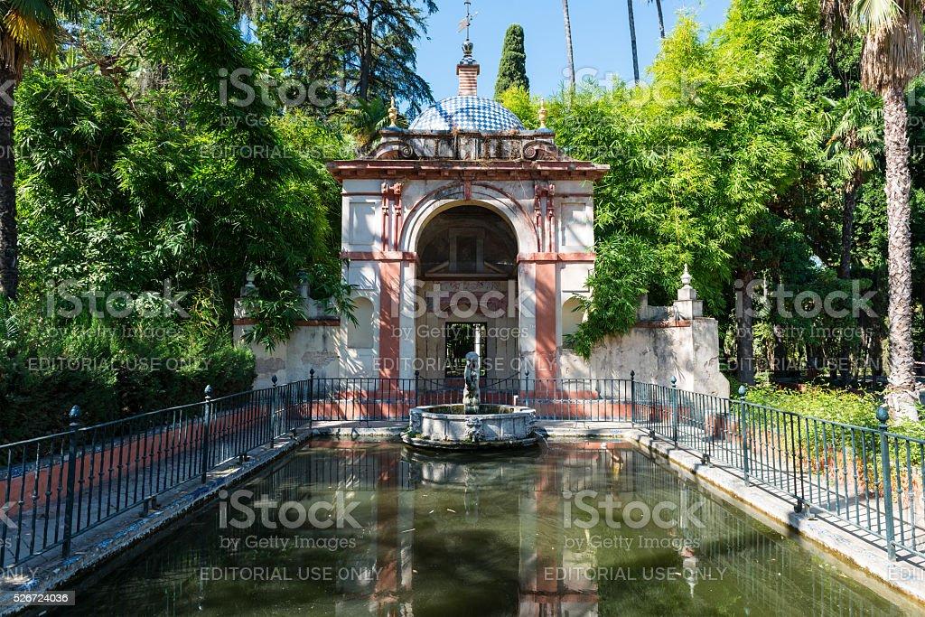 Jardines y fuente en el alcázar de Sevilla - foto de stock