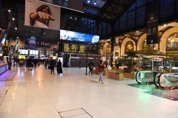 gare de lyon haupthalle mit passagieren - gare de lyon wiedenmeier stock-fotos und bilder