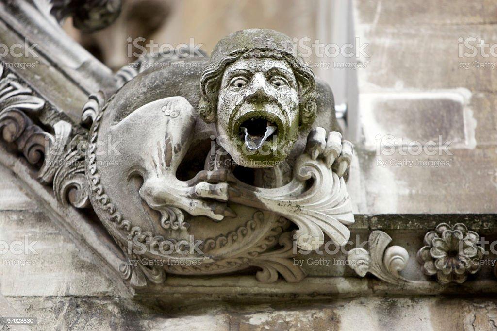 Gargouille à côté de l'église photo libre de droits