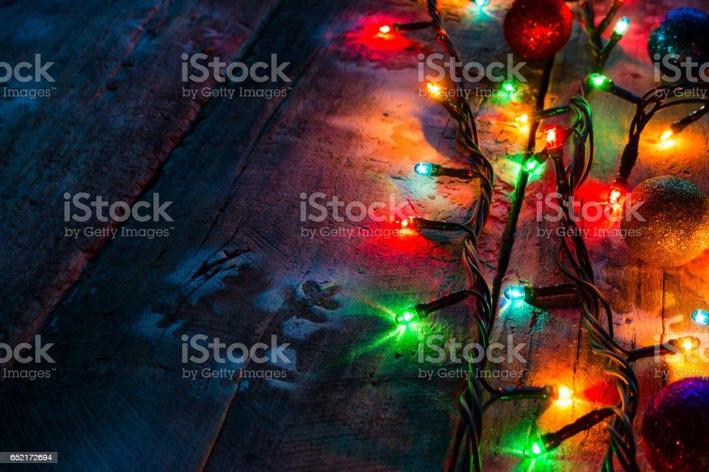Girlanden und Weihnachtsdekorationen auf hölzernen Hintergrund Nahaufnahme – Foto