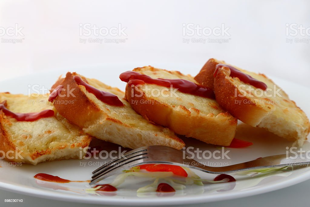 Garlic and herb bread slices with tomato sauce. foto royalty-free