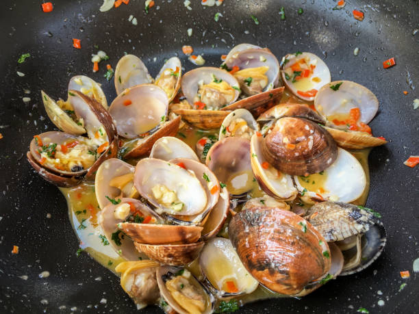 garlic butter sauteed clams - mięczak zdjęcia i obrazy z banku zdjęć