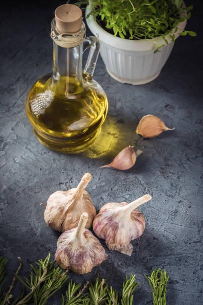 garlic fresh rosemary spices herbs essential vegetable olive oil - oli, aromi e spezie foto e immagini stock