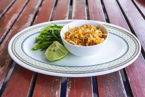 한 잔에 튀긴 마늘 레몬과 야채는 원형 접시에 넣어 있다 굴과 해산물을 먹고 조미료입니다 0명에 대한 스톡 사진 및 기타 이미지
