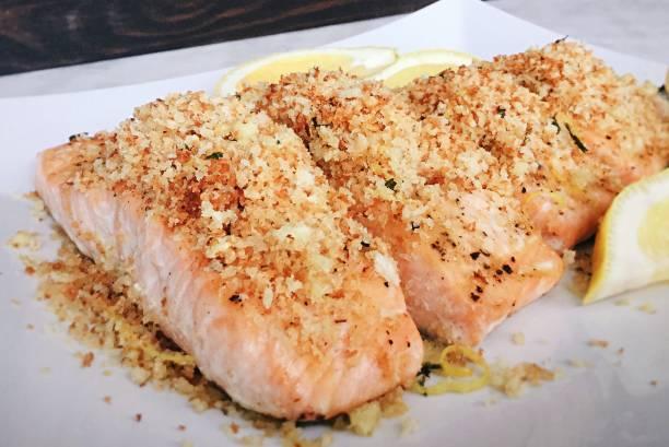 garlic panko salmon - pangrattato preparazione degli alimenti foto e immagini stock