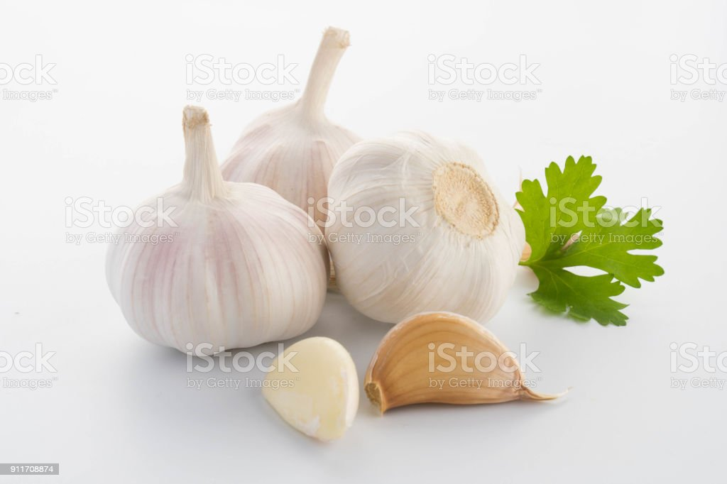 ail avec les feuilles de persil isolé sur blanc - Photo