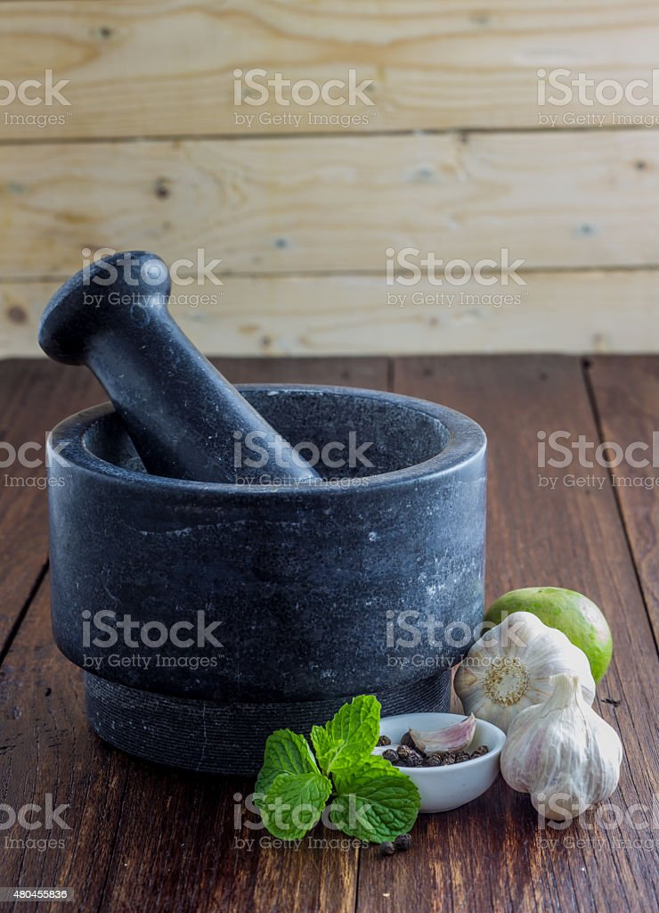 Knoblauch mit Mörser und Stößel – Foto