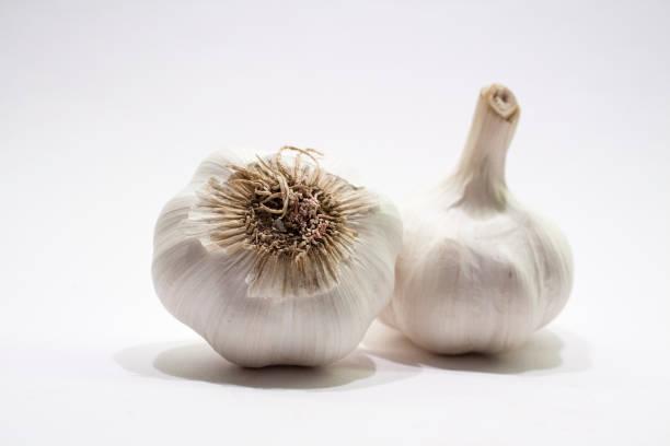 Knoblauch Zwiebeln auf weißen closeup – Foto