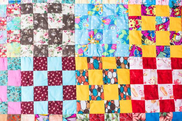 applique, häusliche atmosphäre, gemütlichkeit, traditionen, konfektion, nähen konzept - schöne textilbereich genäht von großen nomber der quadrate in verschiedenen colores und mit verschiedenen prints - patchworkstoffe stock-fotos und bilder
