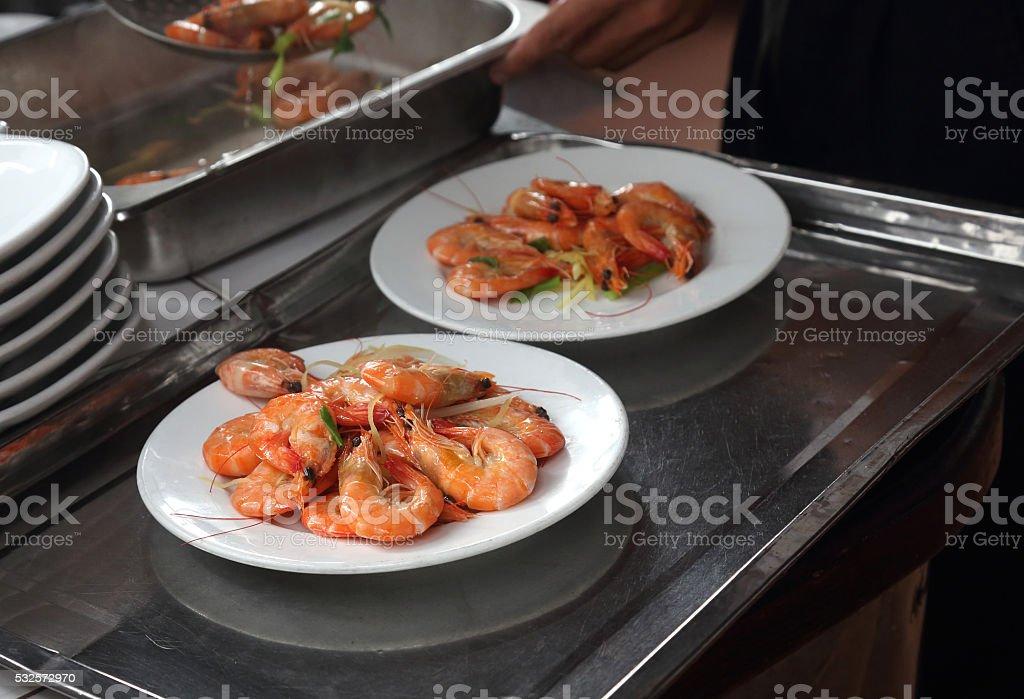 Garnelen auf einem Teller stock photo