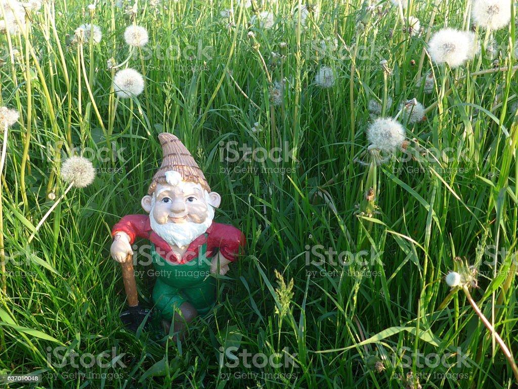 Gartenzwerg mit Schaufel bei der Gartenarbeit stock photo