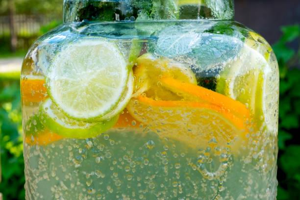炭酸飲料中の気泡。レモネードカクテルガス、二酸化炭素シトラスカクテルバー.ビッグ缶クレーンライム、オレンジ、ミント - グレープフルーツ ストックフォトと画像