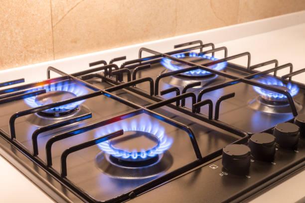 brûleur de gaz sur le poêle de cuisine moderne noir - cuisinière photos et images de collection