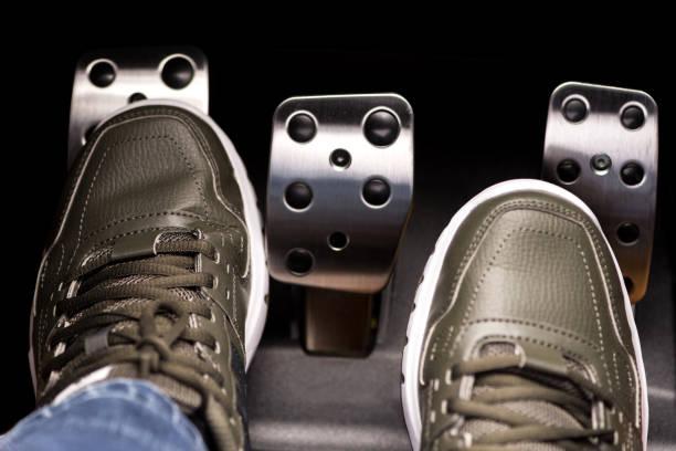 cambio de embrague gas - pedal fotografías e imágenes de stock