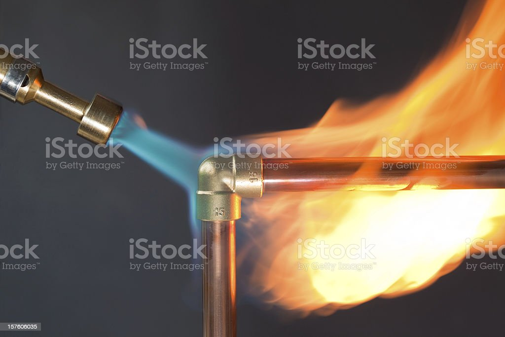Gas flame heating copper piping before soldering - Royalty-free Blauw Stockfoto