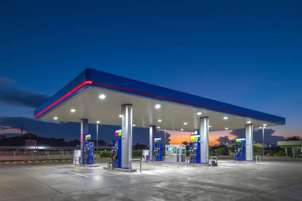 日出天空的燃氣燃料站 - 車站 個照片及圖片檔