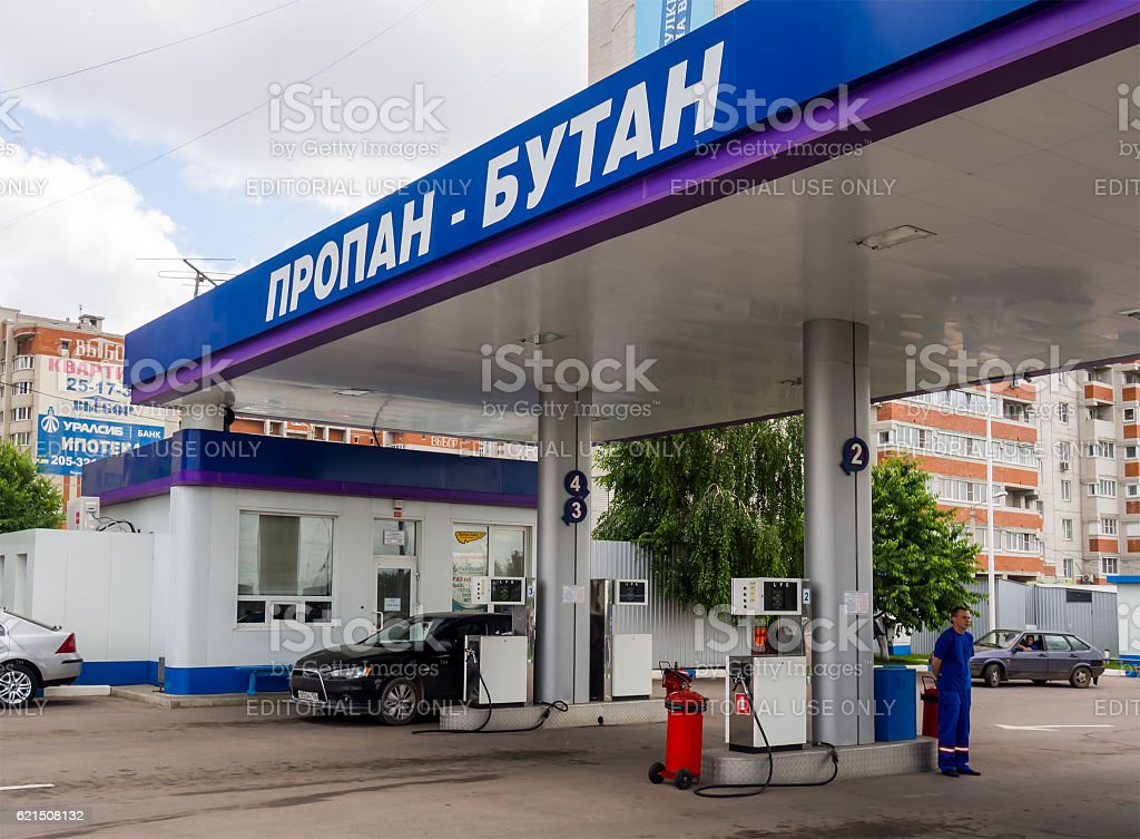Gas fueling car on the streets of Voronezh photo libre de droits
