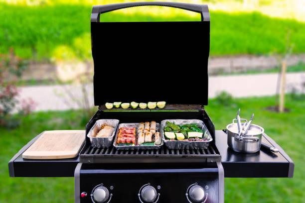 grill gazowy z warzywami i kiełbasami - barbecue zdjęcia i obrazy z banku zdjęć