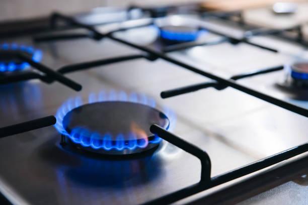 gaz cuisine cuisinière cuisson avec flammes bleues brûlant - cuisinière photos et images de collection