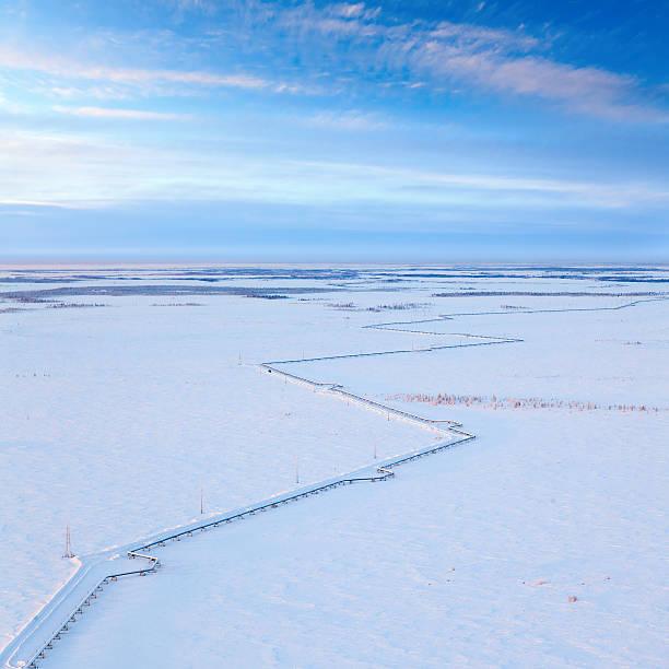ガスパイプライン冬に人気の眺め - ツンドラ ストックフォトと画像