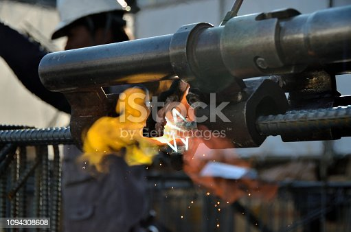 istock Gas pressure welding joint and reinforcing bar joint: It is grilling with fire 1094308608