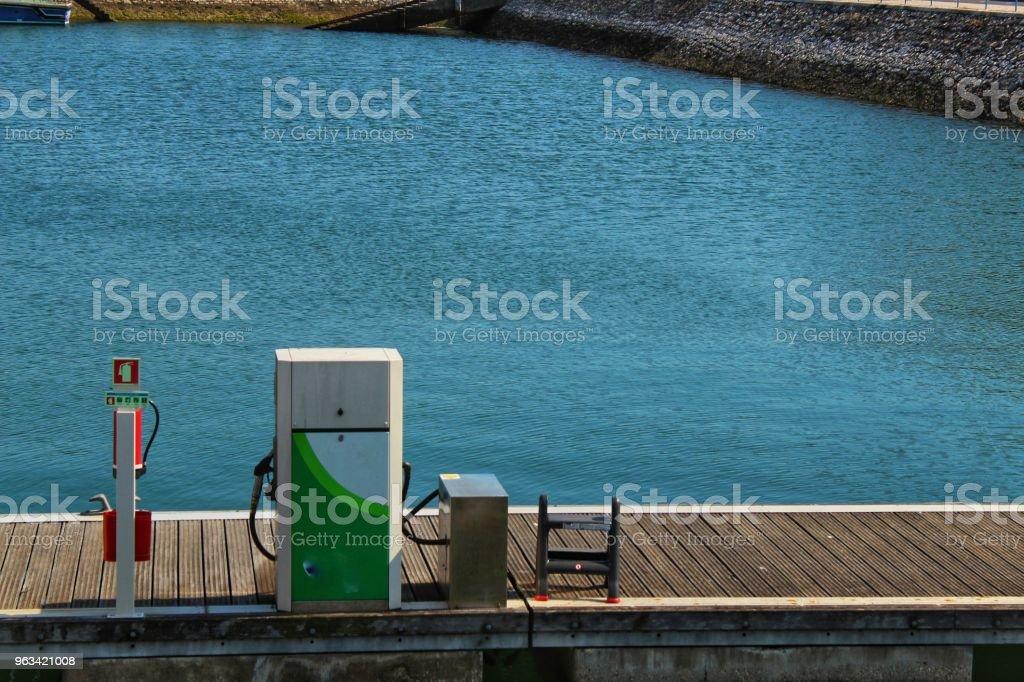 Station d'essence pour les bateaux à Lisbonne - Photo de Bleu libre de droits