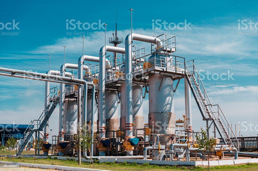 Benzinestation met pipeline- en opslag tanks foto