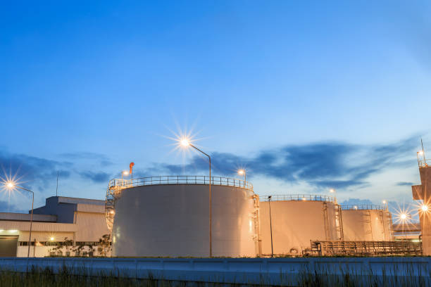 gas-lagertanks und eine große öl-raffinerie-anlage - benzintank stock-fotos und bilder