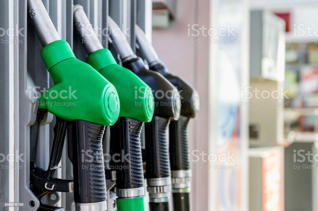 Distribuidor de gasolina e o diesel no posto de gasolina - foto de acervo