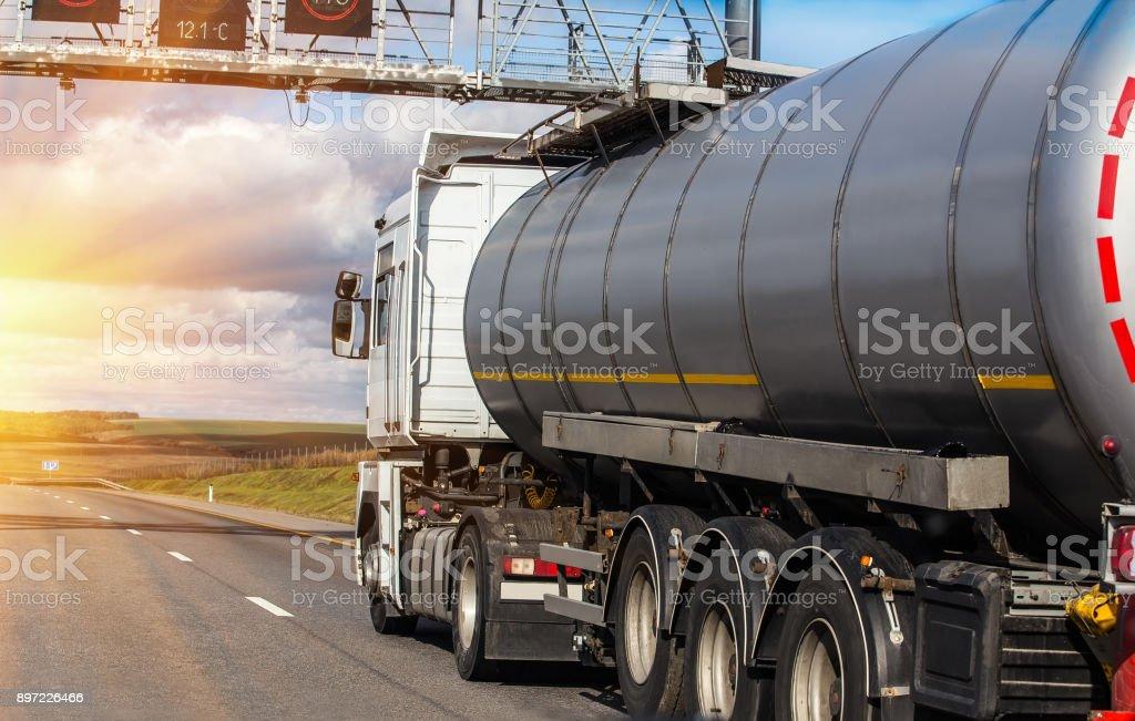 Gas-Tank geht auf Autobahn gegen den Himmel – Foto