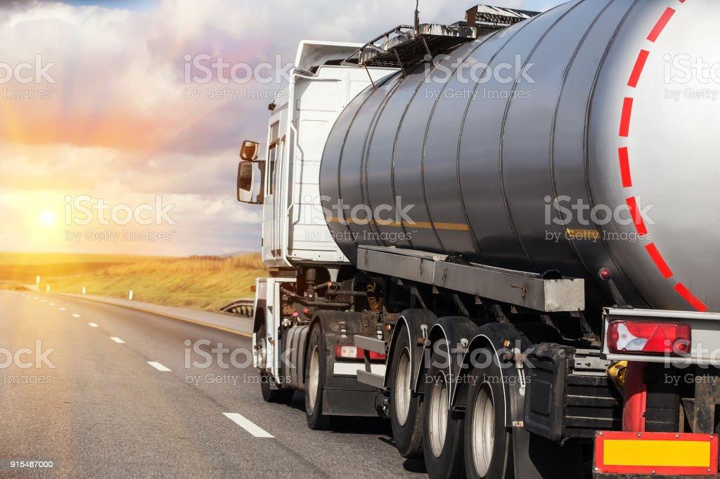 gas-tank-Top ist am autobahn – Foto