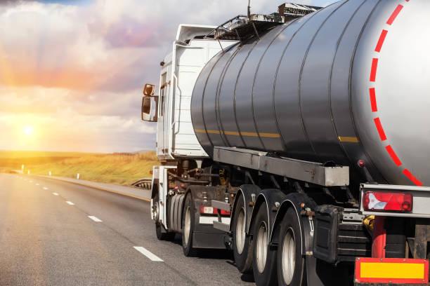 gas-tank-top ist am autobahn - benzintank stock-fotos und bilder