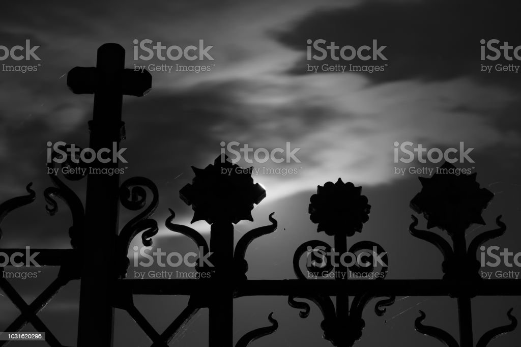 Gate of Crespi d'Adda Cemetery with full moon 3:2 - Foto stock royalty-free di Ambientazione esterna