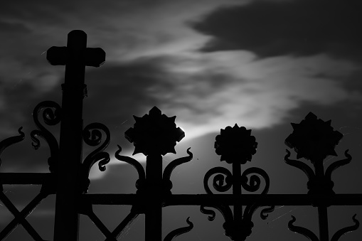 Gate Of Crespi Dadda Cemetery With Full Moon 32 - Fotografie stock e altre immagini di Ambientazione esterna