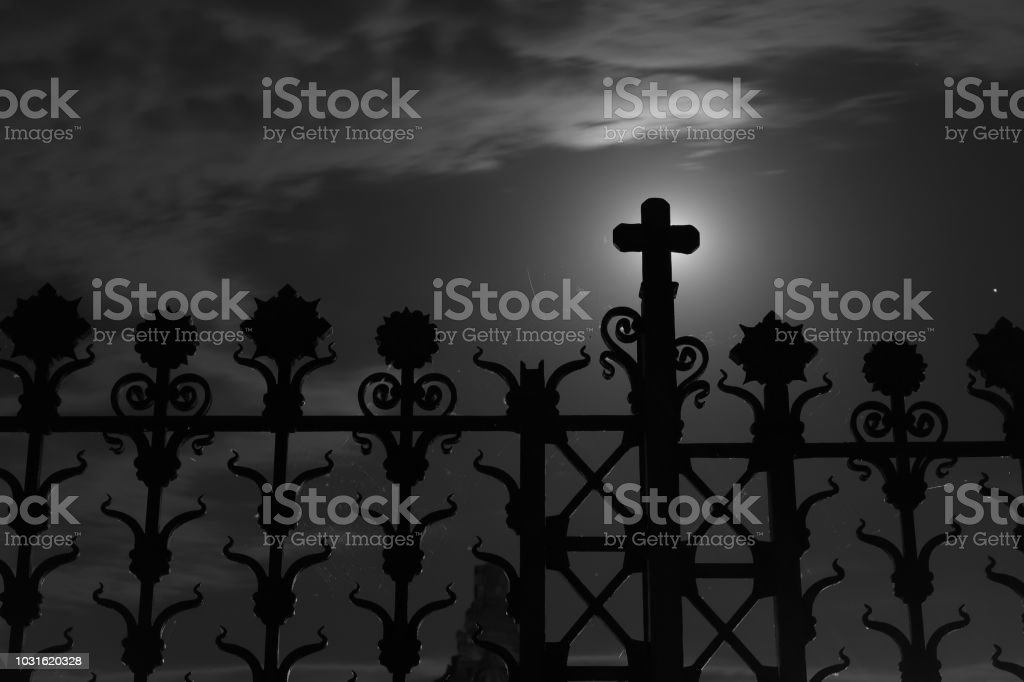 Gate of Crespi d'Adda Cemetery with full moon 3:2 - Foto stock royalty-free di Ambientazione esterna