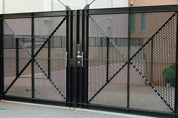 Gate 鉄製の立派で頑丈なセキュリティが施されたスーバー門扉(Super gate that fine and sturdy security of iron has been applied) security barrier stock pictures, royalty-free photos & images