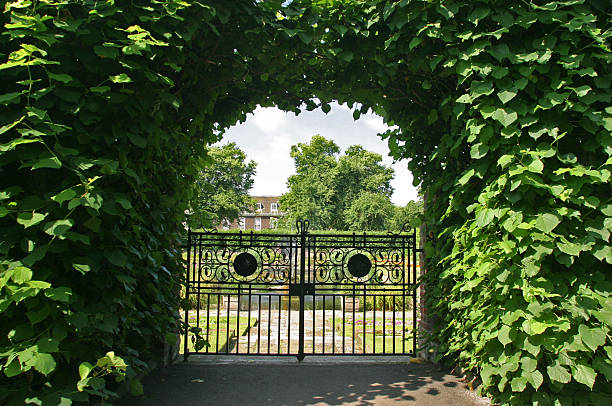 tor zum formellen gärten - der geheime garten stock-fotos und bilder