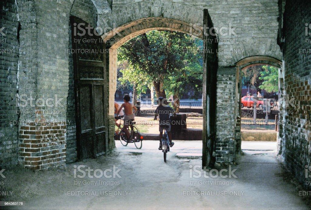 Porta de entrada para o pátio da Rússia antiga casa dos tempos do Império Russo, na central parte da velha cidade - Foto de stock de 1990-1999 royalty-free