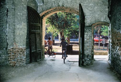 Foto de Porta De Entrada Para O Pátio Da Rússia Antiga Casa Dos Tempos Do Império Russo Na Central Parte Da Velha Cidade e mais fotos de stock de 1990-1999
