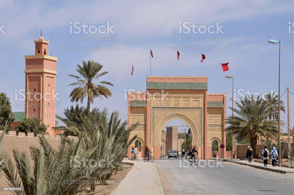 Puerta de entrada al pueblo de Rissani - foto de stock