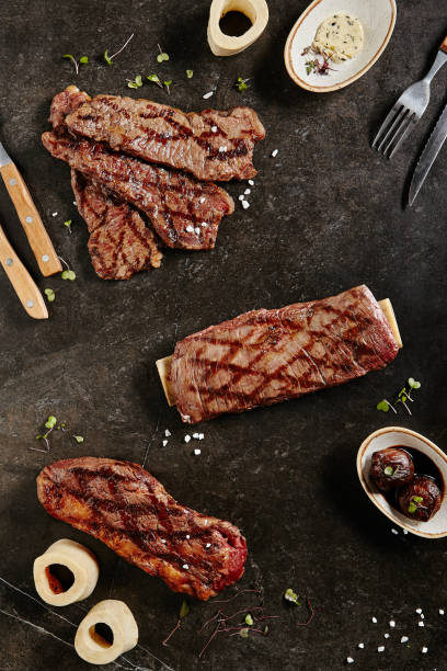 gaucho, flank steak und tri-tip steak auf dunklem hintergrund - flank steak marinaden stock-fotos und bilder