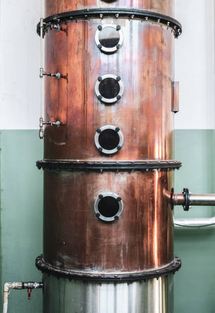 gauge auf kupferbrennerei-behälter - destillationsturm stock-fotos und bilder