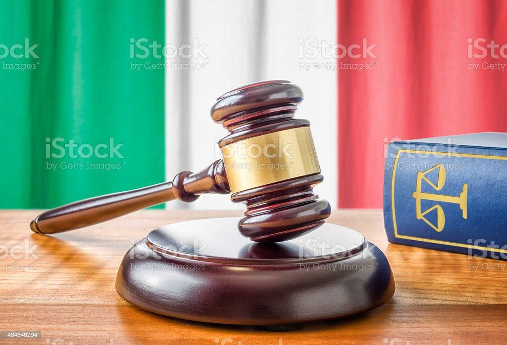 Martelletto del moderatore e una legge libro-Italia - Foto stock royalty-free di 2015