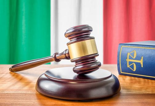 Martelletto Del Moderatore E Una Legge Libroitalia - Fotografie stock e altre immagini di 2015