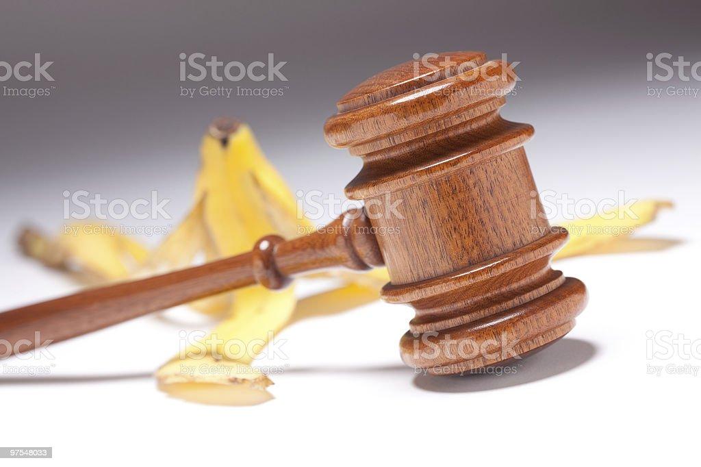 Marteau de juge et de Peau de banane sur fond gradué photo libre de droits