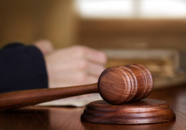gavel and judge - onschuld stockfoto's en -beelden