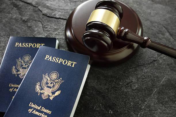 Gavel and passports - foto de stock